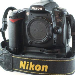 Nikon D90 + MB-D80 Battery Pack + baterija + punjač