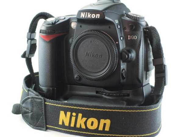 Nikon D90 + MB-D80 Battery Pack + baterija + punjač